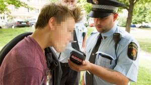 Komický obrázek v Praze 14: Sídliště zažilo běh strážníků za opilou mládeží, kterou při úprku kosil alkohol