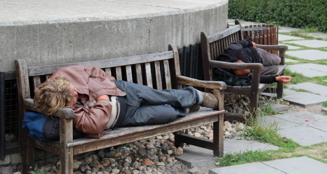 Mezi pražskými bezdomovci se šíří panika kvůli nebezpečnému zabijákovi!