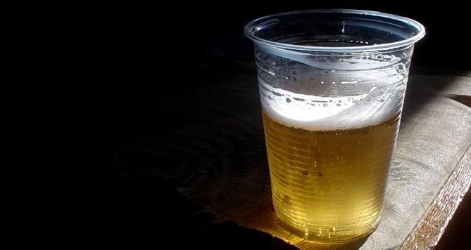 Takto se načepování piva nedožadujte, můžete klidně skončit v poutech!