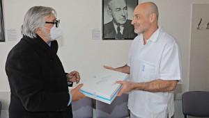 Jiří Bartoška předal Všeobecné fakultní nemocnici ultrazvukový přístroj