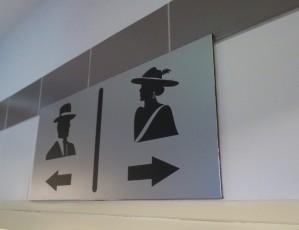 Křeče a vytřeštěné oči na toaletách, na ženu to přišlo v nákupním centru