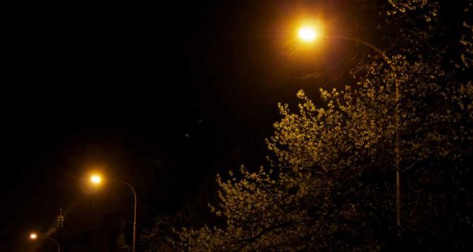 Samoty a tmy se bála šestiletá dívka, skončila proto na ulici
