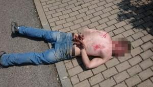 Polonahý muž házel po lidech značky, jeho zběsilosti pokračovaly i přes ulici