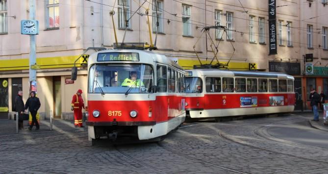 Nejdříve nakopl tramvaj, pak neznámou ženu