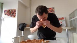 Maxijedlík snědl obří pizzu za devět minut! A pak si dal ještě makrelu