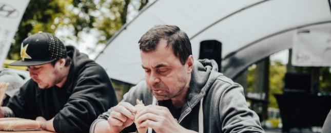 Maxijedlík opět úřadoval! Během pěti minut snědl pět hotdogů
