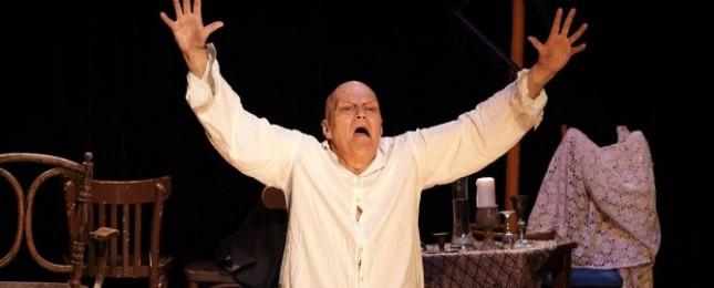 Přeučil se nepoučil?! 81letá legenda odmítá slézt, dělá škleby a kreace