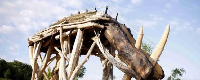 Praha má nově největší skulpturu nosorožce na světě. Najdete ji v Lysolajích