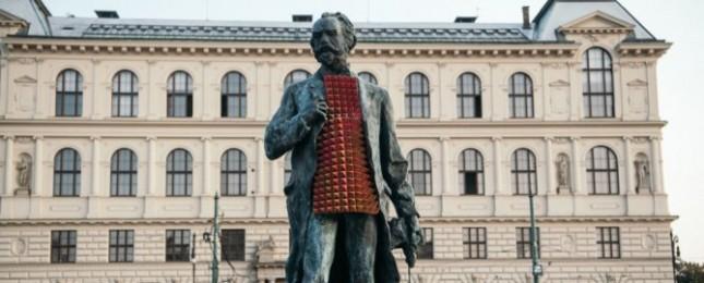 Vogue oblékla sochy v Praze a Bratislavě