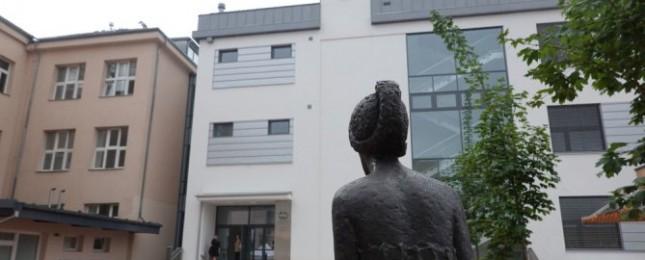 Nádvoří Základní školy Chodov zdobí socha od Zoubka