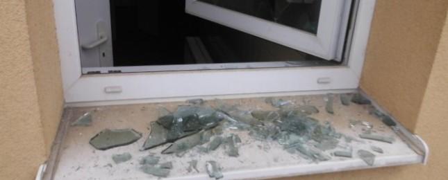 Proč házel do okna betonové dlaždice? To asi neuhodnete, důvod byl zvláštní