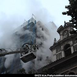 Kvůli požáru plachty na lešení bylo z hotelu Juliš na Václavském náměstí evakuováno 72 lidí