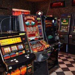 V krčské herně kvetl nelegální hazard, celníci zajistili 22 automatů