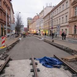 Díky přívětivému podzimu skončí oprava důležité tramvajové trati na Smíchově o dva týdny dříve