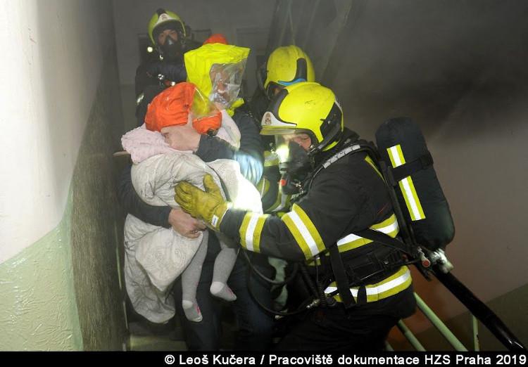 Hořelo vybavení bytu, hasiči zachránili 18 lidí, 7 osob bylo evakuováno včetně 3 psů
