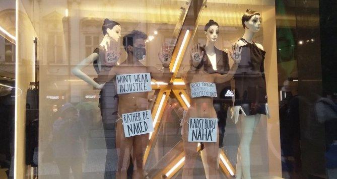 Naháči v centru! Aktivisté se přilepili k oknům pobočky módního řetězce