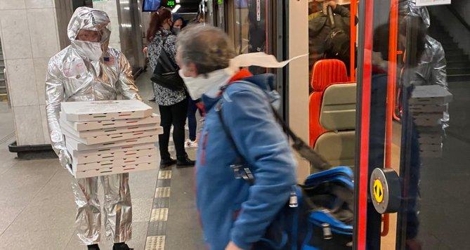 Šéf Pizza Company rozváží zákazníkům, v metru chrání sebe i okolí skafandrem