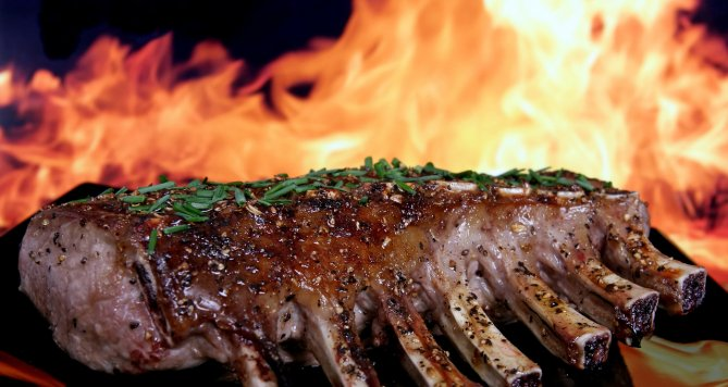 S flambovanou kuchyní se to nesmí přehánět, s tímto stylem vaření si koledovali o malér