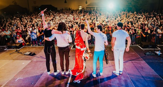 Queenie zve na letní UNIVERSUM Tour, kapela zahraje i v Praze!