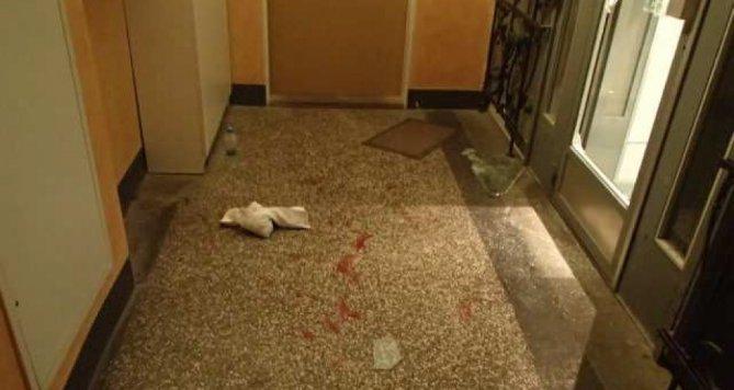 Cizincům uvězněným ve výtahu došla trpělivost. Tekla při tom krev